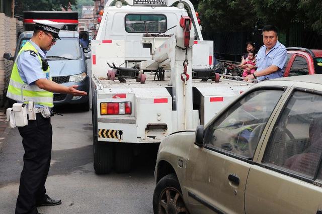 随手拍上传占路违停废弃机动车 3辆占路违停车被清理