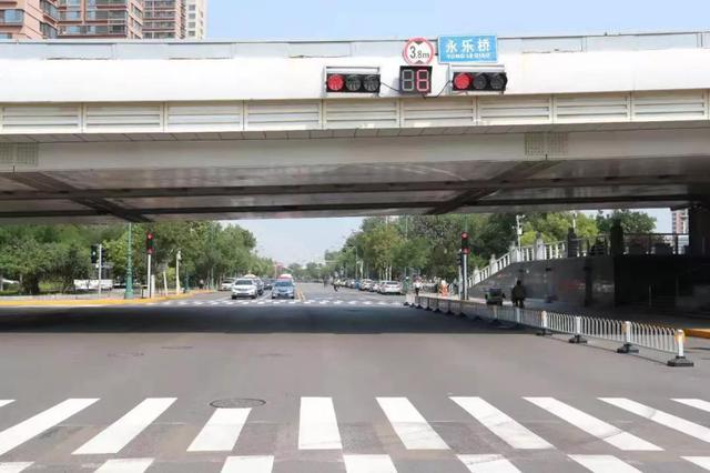 """津城首设""""错肩人行道"""" 行人过街须靠右通行"""
