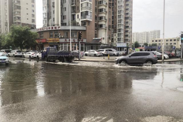 马路交口污水流 居民只能绕着走(图)