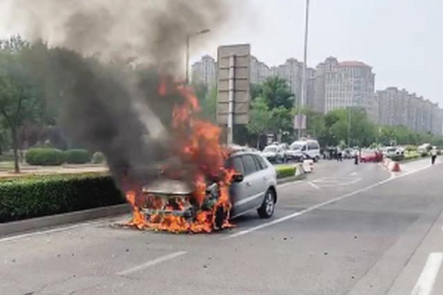 轿车行驶在东南半环快速路途中自燃 幸无人受伤