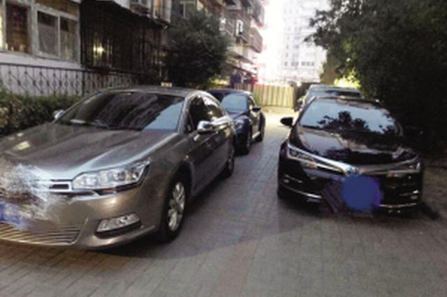 小区私家车任性停 消防通道有道却不通
