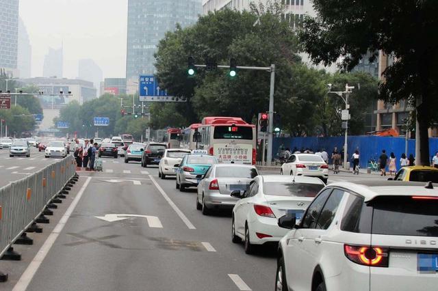 南京路通行方式有变 新增掉头车道