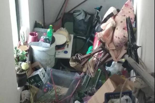 天津这个小区楼道垃圾堆成山 你也有爱捡垃圾的邻居吗