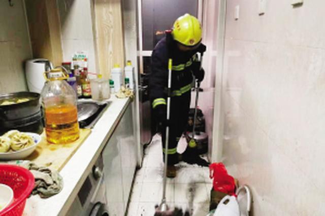 暖了!行动不便老人家中失火 消防员救火顺手做卫生