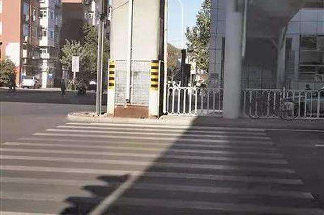 地铁佳园里站门外人行横道线中间为啥被护栏挡住