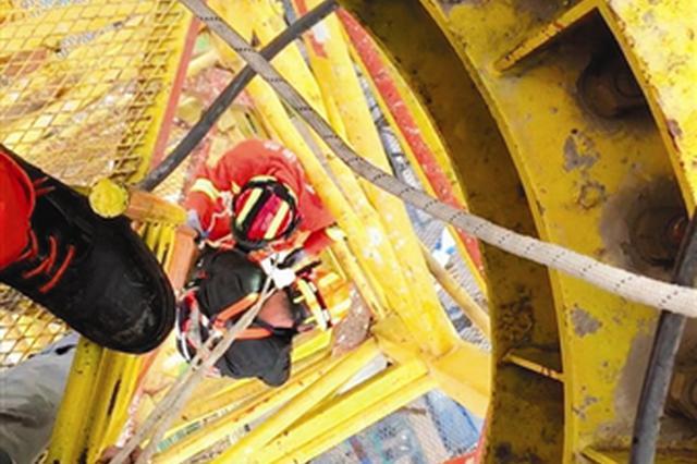 武清一男子酒后被困塔吊 消防在百米高空救援