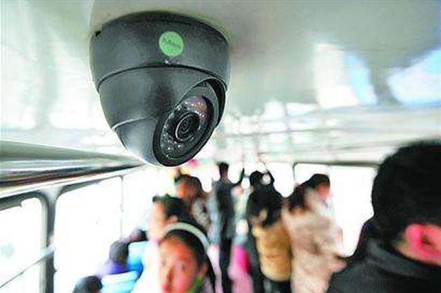 乘客拿错包闹乌龙 民警连夜找回失物