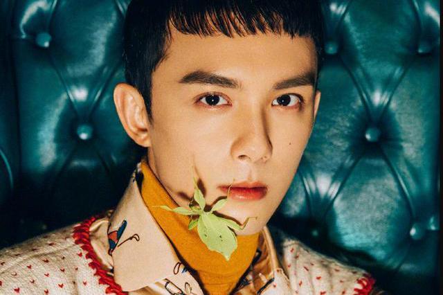 吴磊复古叠穿造型清爽帅气 大胆与昆虫为伴勇气满分