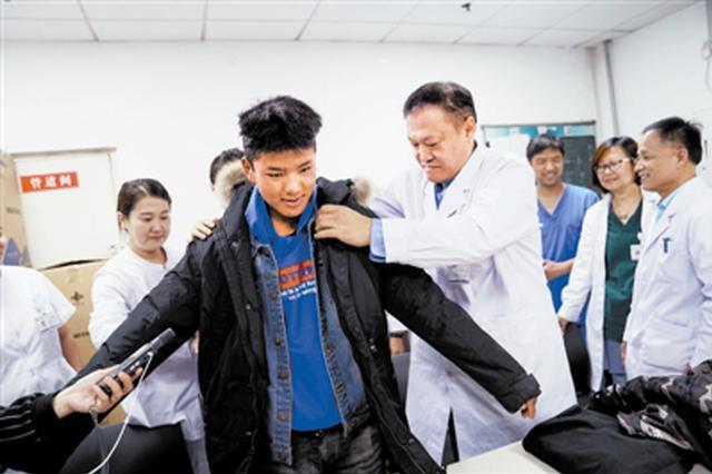 西藏严重烧伤男孩回访天津医护人员:长大后我也要当医生