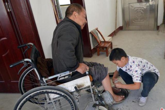 湖北12岁男孩6岁起照顾瘫父 各界给予关爱