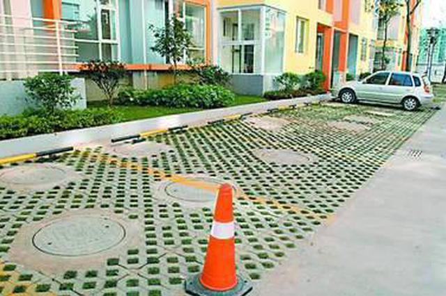 南开一小区规划绿地想改停车位 被停工后地砖路边堆