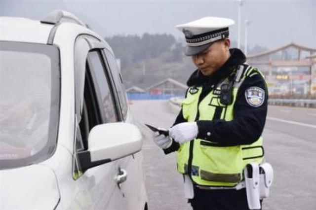 凌晨出击二次配载场地 19辆非法超限超载车被查