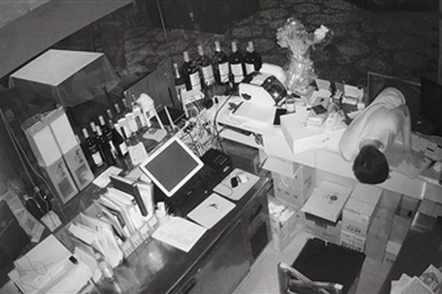 """男子""""缩骨神功""""钻进收银台小窗盗窃多部电脑"""