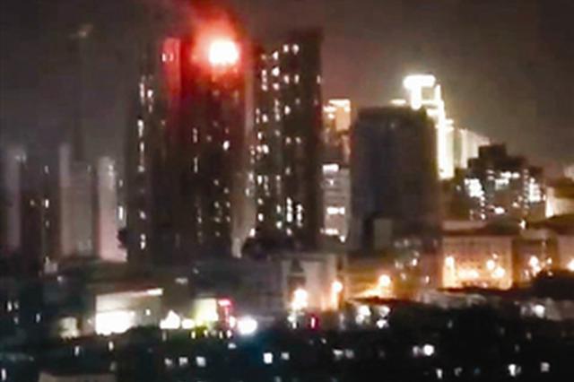 西康路一高层居民楼楼顶起火 简易房屋被烧