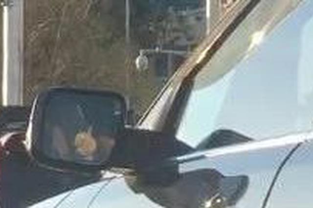 这大哥等红灯都不闲着 在车里打起了快板