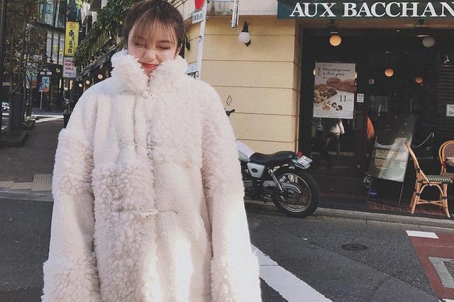 """周扬青穿白色毛绒外套似""""小雪人"""" 配长靴遮不住白皙长腿"""