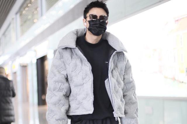 贾乃亮官宣离婚后首现身机场 穿灰色服装潮流品味在线