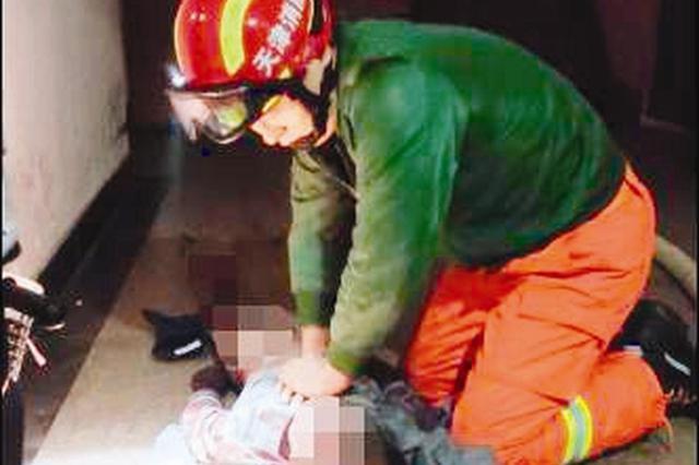 家中起火消防员施救三分钟 祖孙俩挽回两条命