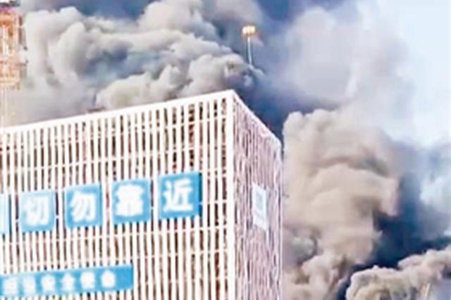 王顶堤一工地保温材料起火 黑烟冲天幸无人伤亡