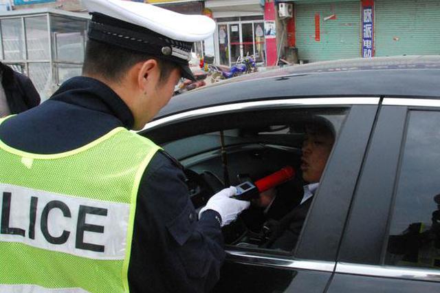 男子酒驾送孩子去医院 交警驾车送孩子并处罚违法者