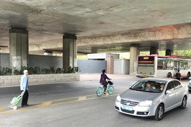 卫昆桥下无人行横道线 行人冒险车流中穿行