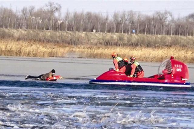 冰面崩裂男子被困 冰河救援有惊无险