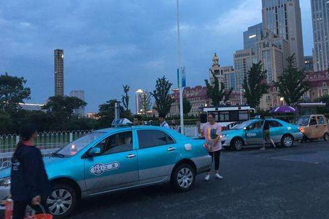 天津街上有出租车司机干这种事!出行多小心