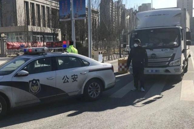 今早一辆运输救援物资车在天津迷路了