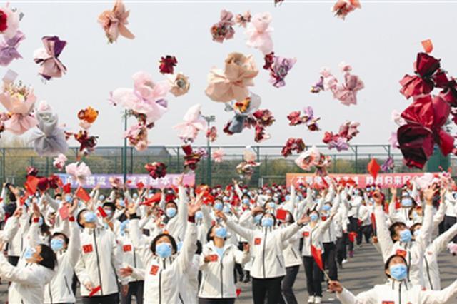 首批支援武汉返津医护人员解除隔离 礼物与鲜花送给英雄们(图