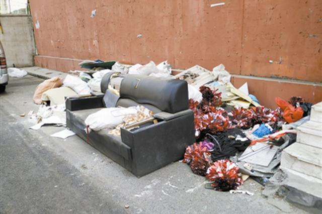 河西区这地垃圾杂物乱堆 半月无人清理