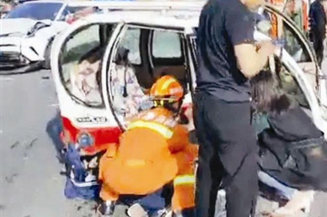 """两车相撞 消防员""""秒""""出警采取""""硬警戒""""(图)"""