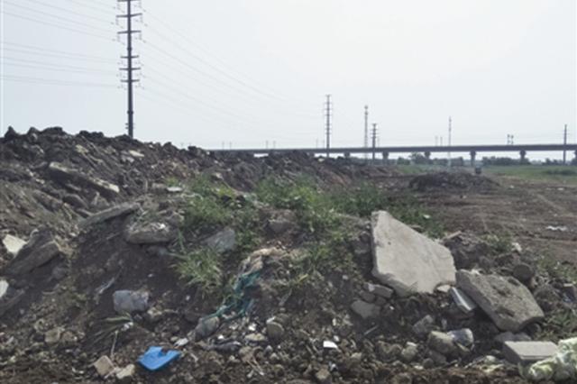 """垃圾堆空地堵河又扰民 路人:这个味儿太""""上头""""了"""