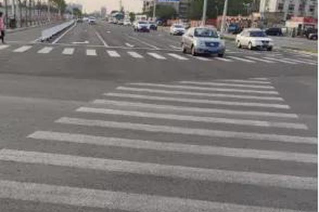 """直通机动车道 这个路口的斑马线""""迷路""""了?交管部门回应"""