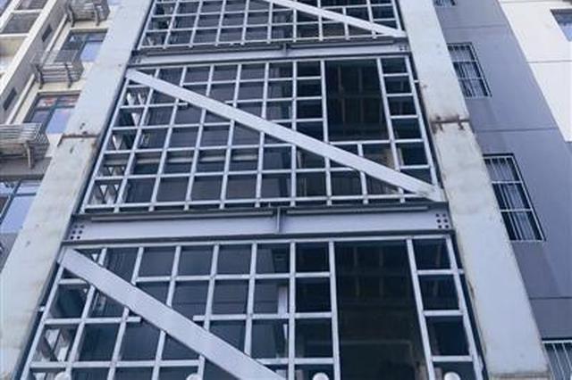 """加装电梯停工大楼一侧""""镂空""""居民没有安全感施工单位今复工"""