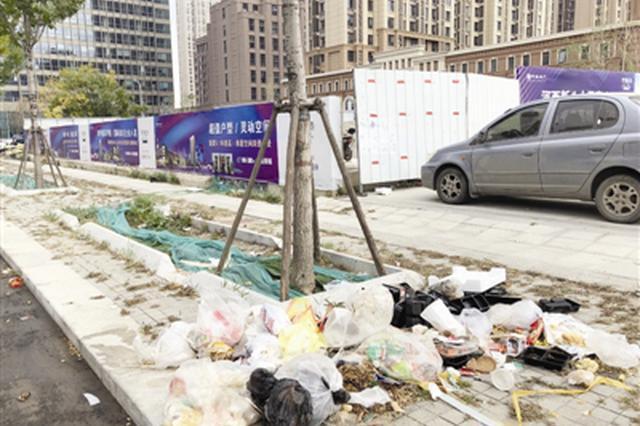 四信里西侧垃圾成堆绿地花坛面目全非 下沉广场存隐患