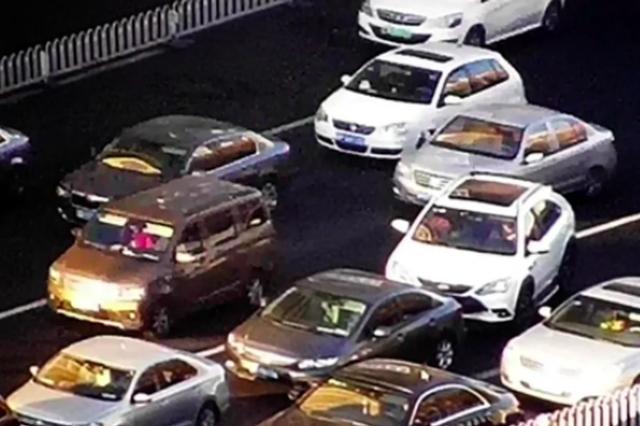 """驾车""""加塞儿"""" 今年以来引发天津交通事故7345起致伤317人"""