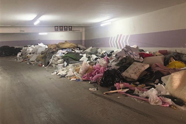 小区垃圾中转站距离居民家不到10米 闻着恶心看着堵心