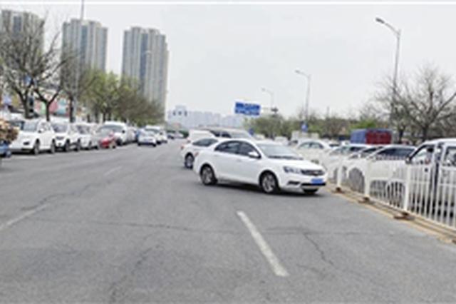 """北辰区辰旺路成了""""停车场"""" 天穆镇王庄村:在附近设限时免费"""