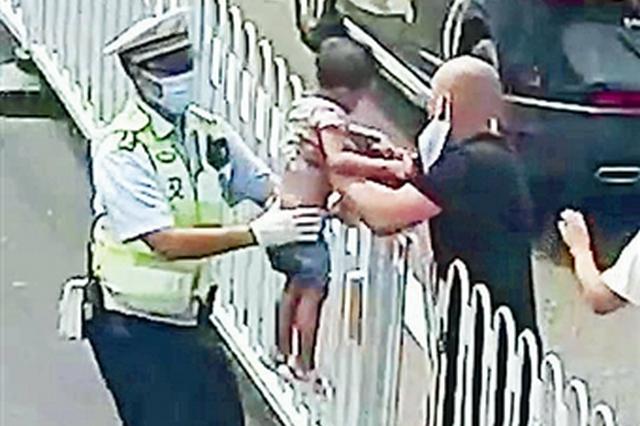 隔着护栏抱起孩子冲进医院 这名辅警两天获赞超85万次