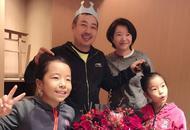 刘国梁和家人庆生照