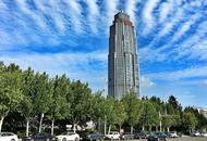 蓝天白云下的天津街景