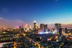 南京城市上空的红彩带