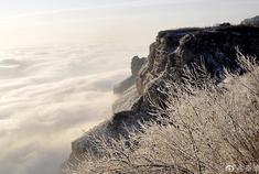 雾凇云雾中的太行大峡谷