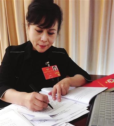 全国政协委员李瑛修改提案 照片由全国政协委员李瑛提供