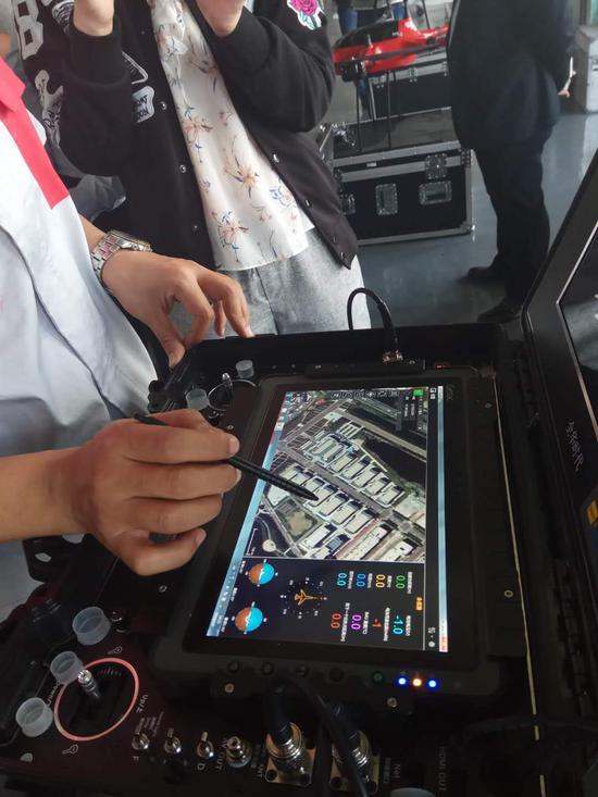 天津全华时代航天科技发展有限公司工作人员为记者演示无人机智能操作系统。