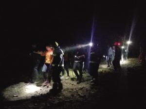 13名游客结伴攀爬野长城,半路上就迷失了方向。一行人在山间晕头转向走了5个多小时,不得已报警求助。消防部门又经过近4个小时的搜救,终于把13个人安全救出。