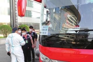 p▲韩国三星员工从于家堡洲际酒店出发前往公司记者贾成龙摄