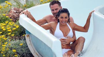 罗克珊帕利特玩水滑梯遭男友摸胸