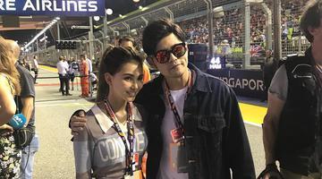 周杰伦陪妻看F1大赛 甜搂昆凌肩