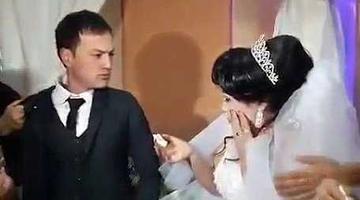 新郎不甘逗弄 当众打翻新娘
